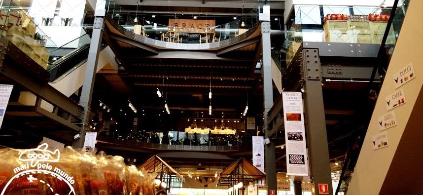Interior da loja com o restaurante Brace e Griglia no terceiro andar