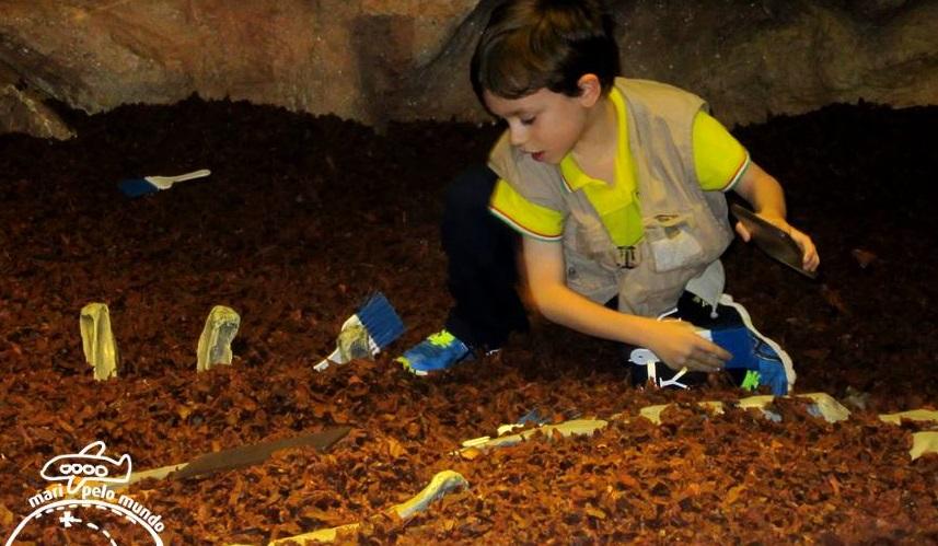Escavacao de ossos de dinossauro