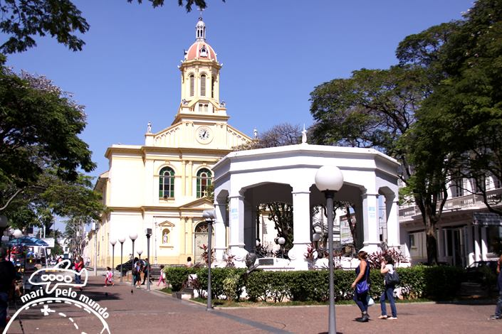 Praça central e igreja de Itu