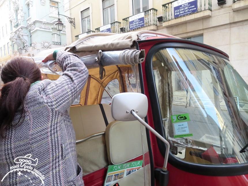 Entrando no de Tuk tuk em Lisboa