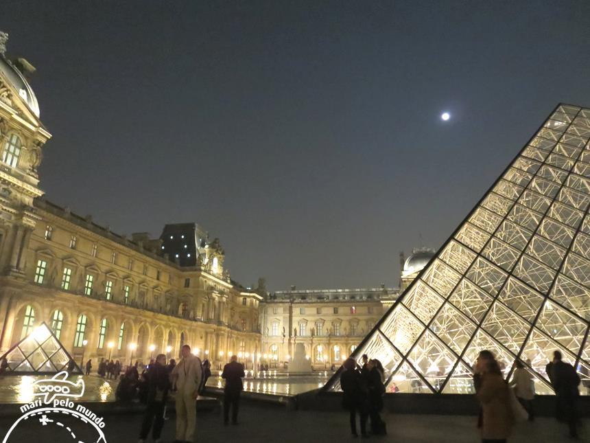 Louvre a noite