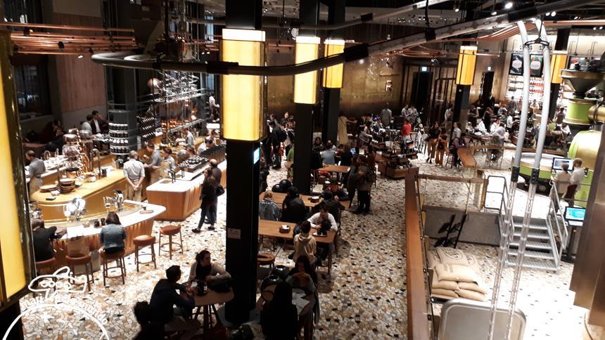Vista do salão pelo bar Arriviamo